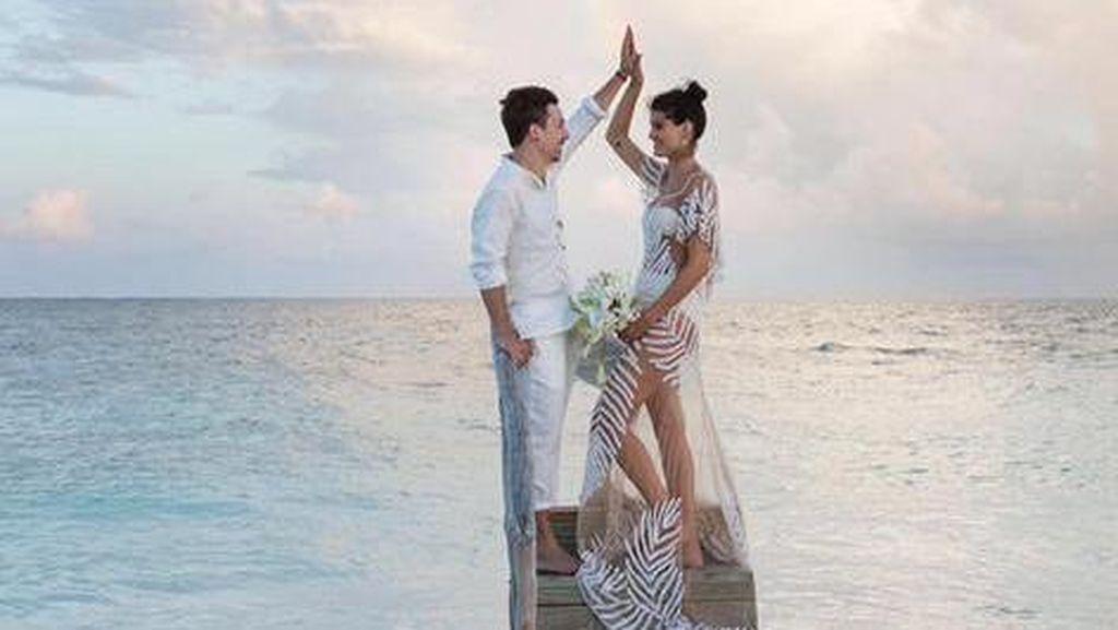Model Brazil Ini Menikah Hanya Pakai Bikini dan Gaun Transparan