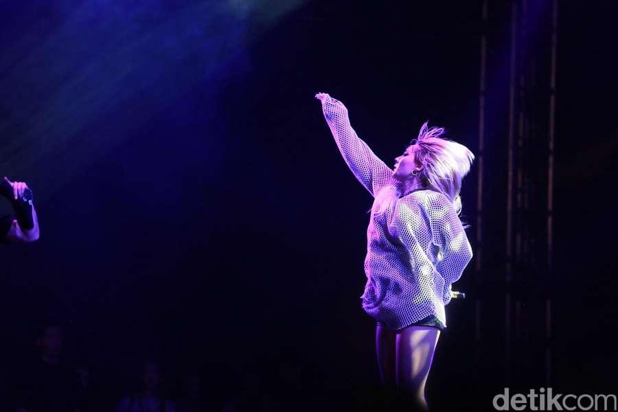 The Baddest Female! CL 2NE1 Bikin Panas WTF 2016 Hari Pertama