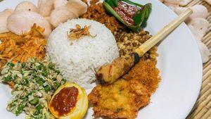 Bali Punya Nasi Campur Komplet Berlauk Sate Lilit dan Jukut Urap