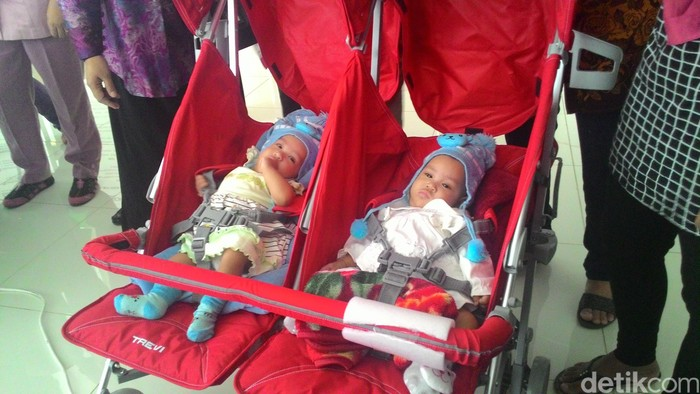 Saqira dan Safira merupakan bayi kembar siam di bagian perut. Setelah hampir 4 bulan mendapatkan perawatan di RSCM dan menjalani operasi pemisahan tubuh, hari ini Jumat (19/8/2016) keduanya dinyatakan pulih oleh tim dokter dan diperbolehkan pulang. (Foto: Ajeng/detikHealth)