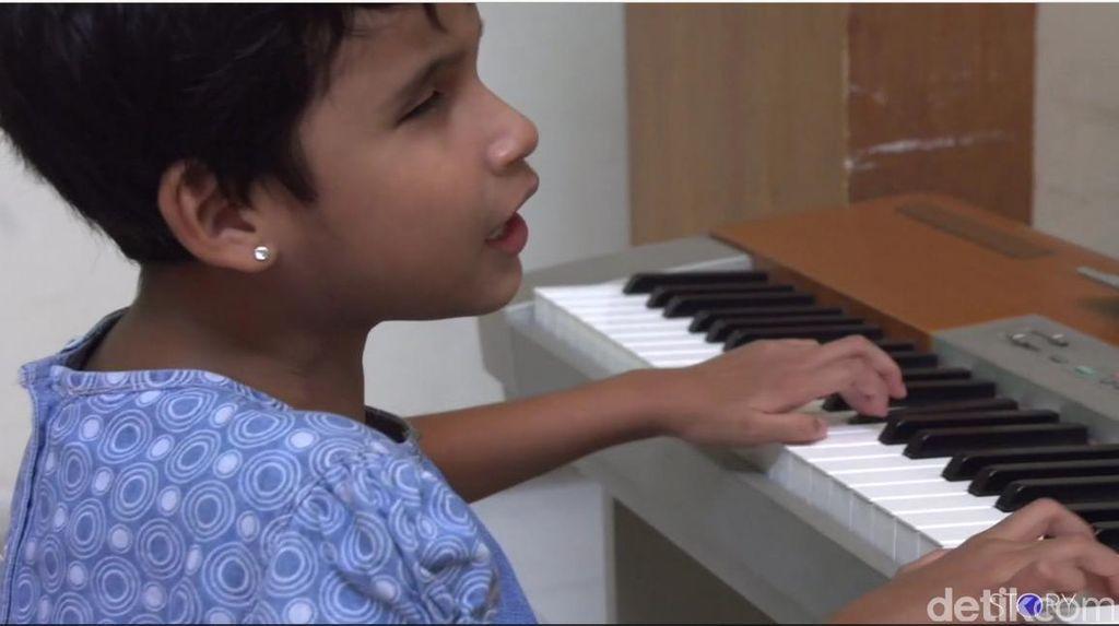 Video: Mengenal Zizi, Bocah Tunanetra yang Jago Main Piano