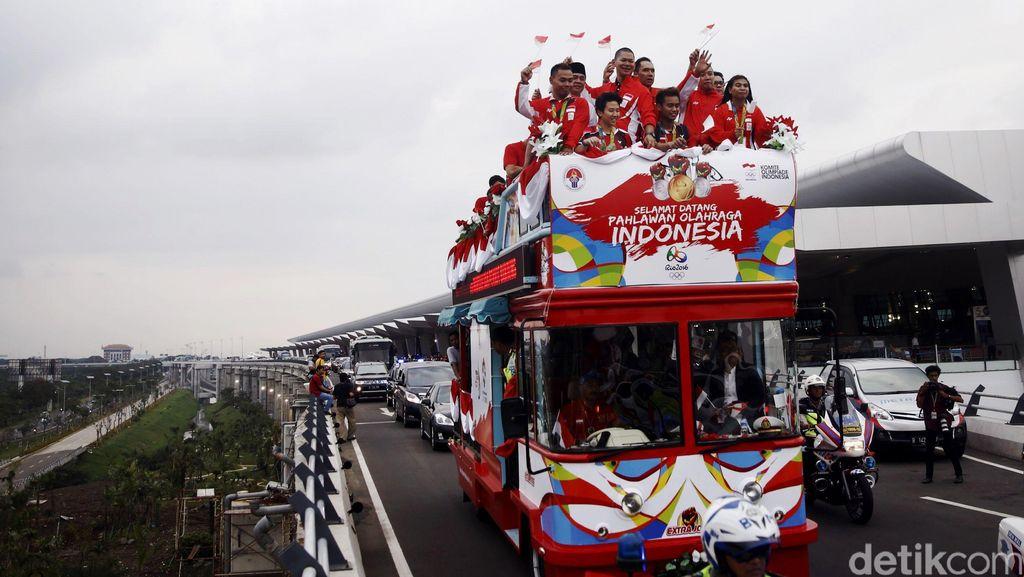 Arak-arakan Kedua Owi/Butet dari Senayan ke Istana