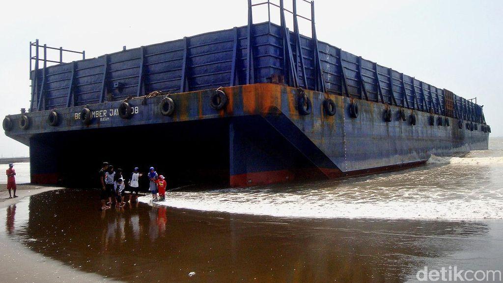 Tongkang Terdampar di Pantai Wisata Cilacap
