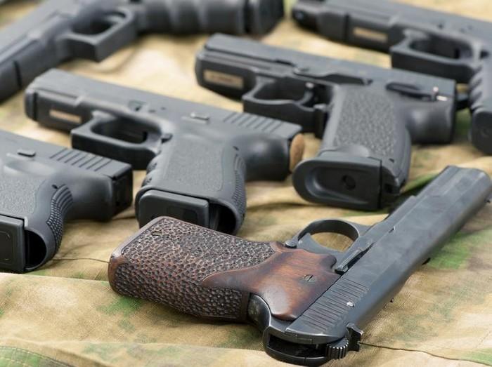 Meski mainan, jangan remehkan potensi cedera yang bisa ditimbulkan oleh pistol plastik. (Foto ilustrasi: iStock/Delish)