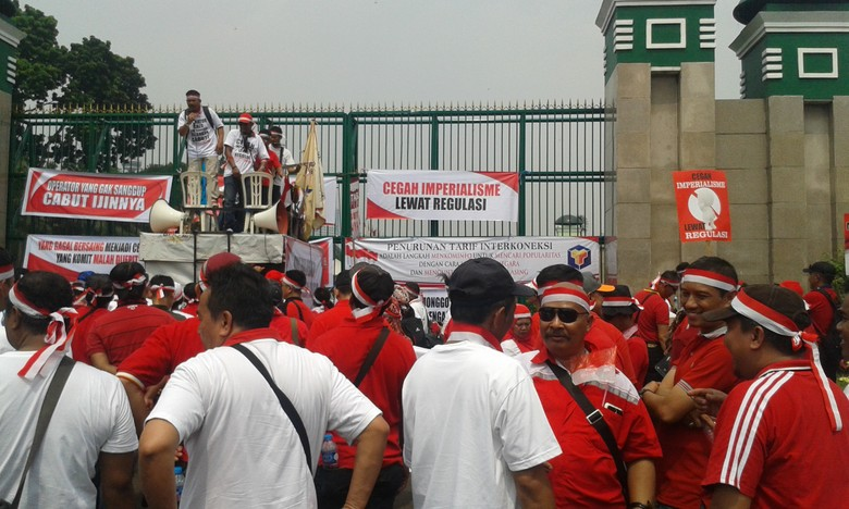 Ratusan Pekerja Telkom Demo di DPR