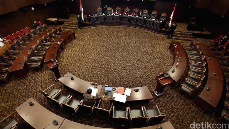 MK Tegaskan KPK Berwenang Menuntut Kasus Korupsi dan Pencucian Uang
