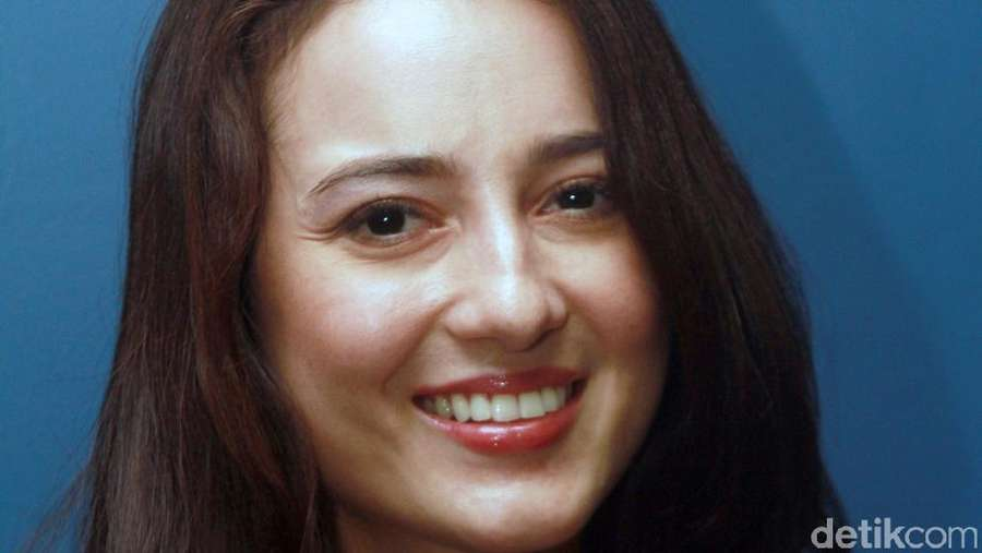 Pretty in Black! Julie Estelle Cantik Tampil Serba Hitam