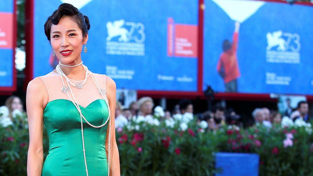 Ups! Aktris Korea Ini Terjatuh di Karpet Merah Venice Film Festival