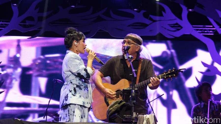 Aksi Iwan Fals di Konser Perayaan HUT ke-55