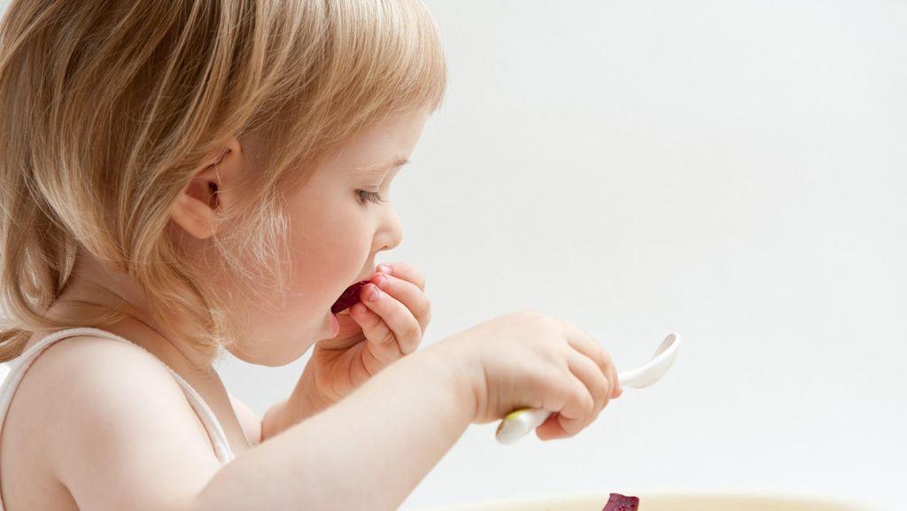 Bunda, Anak Belajar Banyak Lho Saat Makan Sendiri