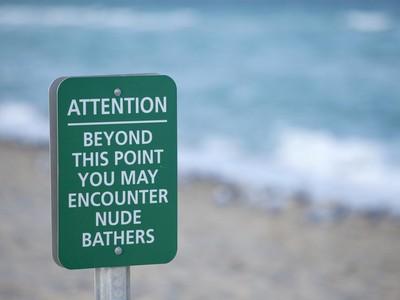 Kontroversi Wisata Dewasa: Dari Pantai Nudis Sampai Resor Tukar Pasangan