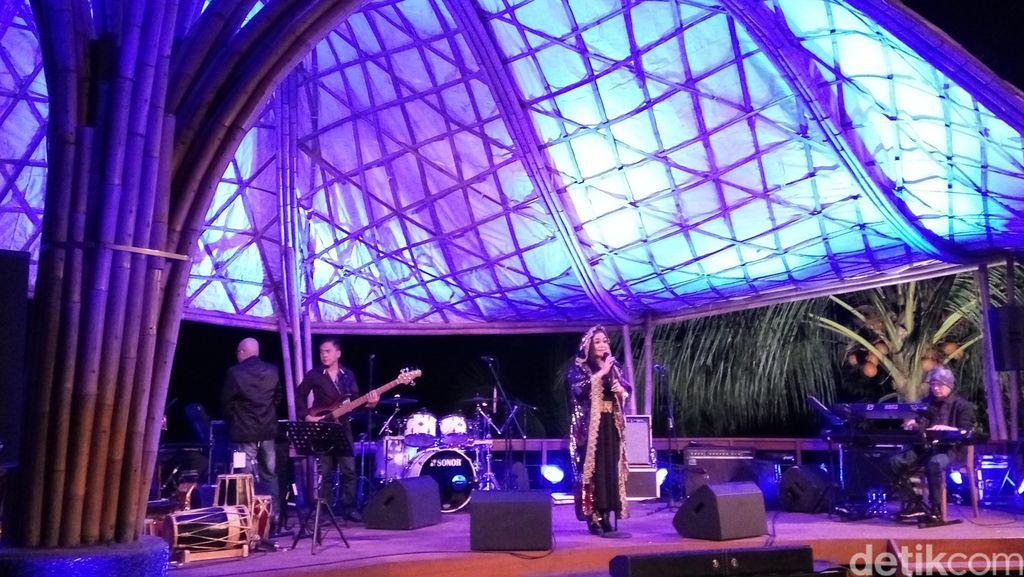 Ermy Kullit Ajak Penonton Nostalgia di Ijen Summer Jazz II