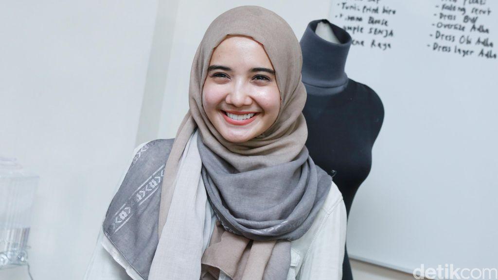 Trik Zaskia Sungkar Agar Tak Terlihat Double Chin Saat Selfie