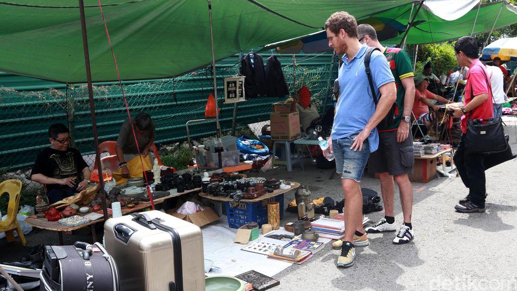 Pasar Loak di Negeri Seribu Satu Larangan
