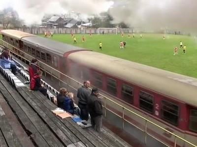 Lapangan Sepakbola Unik, Dilewati Kereta atau Terapung di Laut