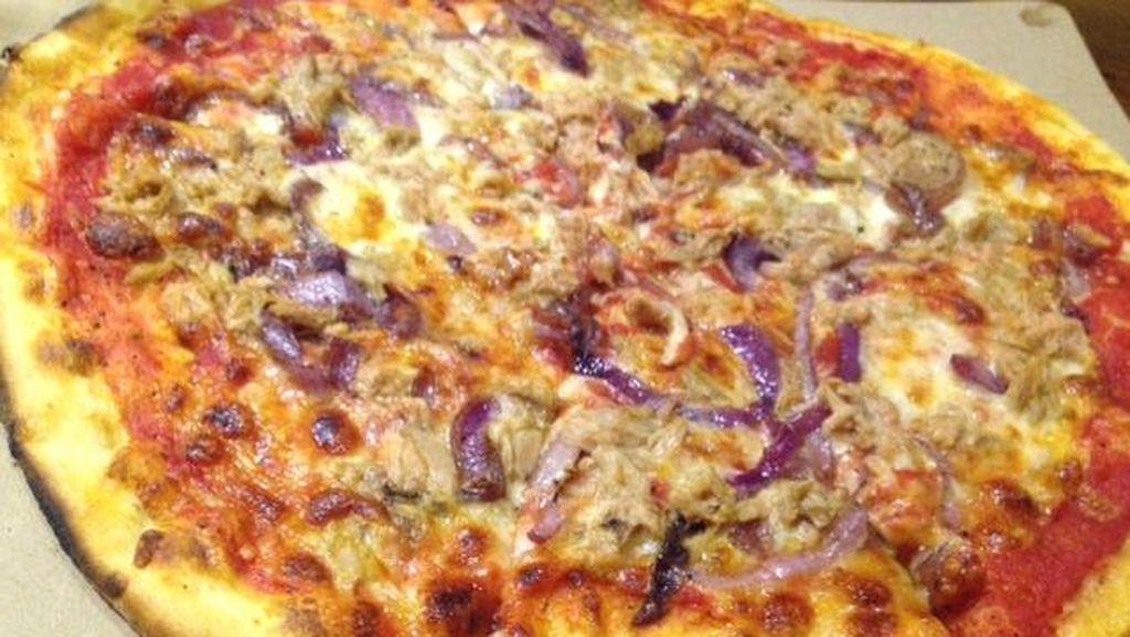 Yuk, Bersantai Sambil Menikmati Pizza Topping Tuna di Sini