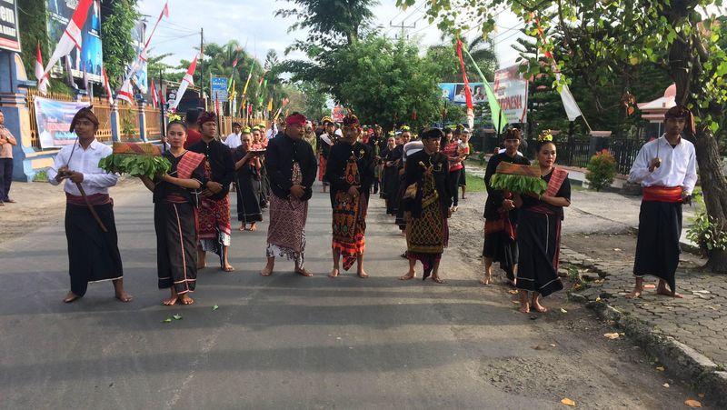 Tradisi Nyongkolan di kalangan Suku Sasak adalah tradisi pernikahan yang dilangsungkan secara turun temurun. Dalam acara Bulan Budaya Lombok Sumbawa 2016 yang digelar kemarin, traveler bisa melihat secara langsung versi asli prosesi adat ini dilangsungkan (Masaul/detikTravel)