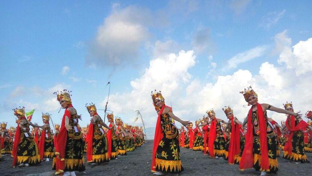 Potret Cantik Gemulai 1.000 Penari Gandrung di Banyuwangi