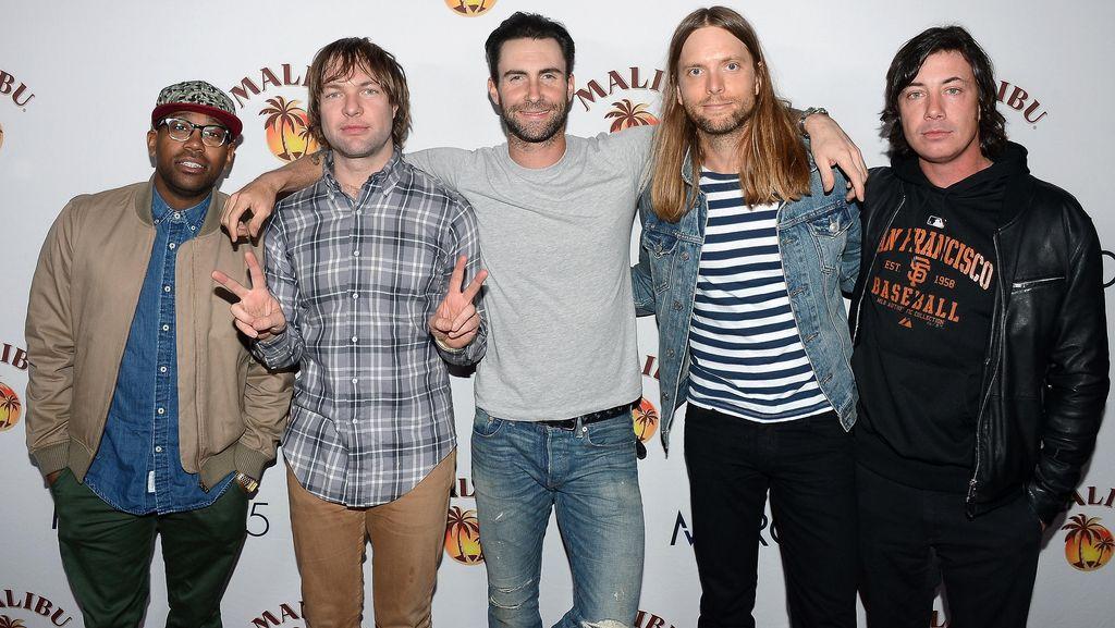 Maroon 5 Tiba-tiba Ngamen di Peron Stasiun