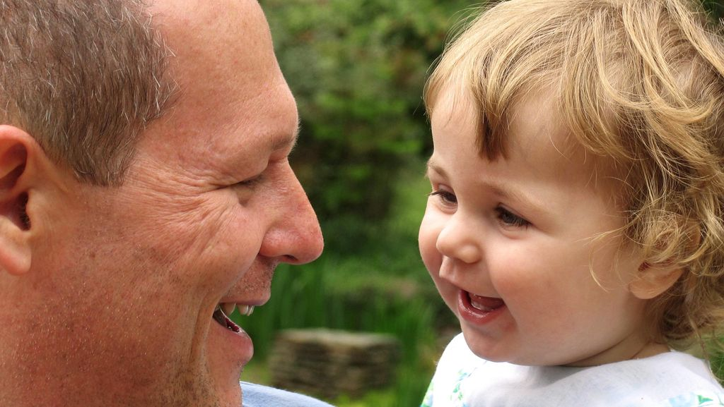 Riset: Anak yang Lahir dari Ayah Berusia Lebih Tua Cenderung Lebih Pandai