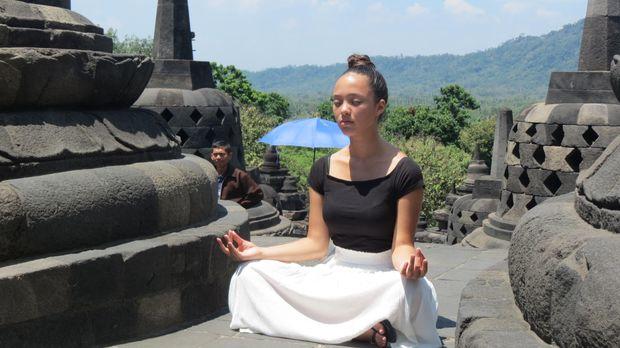 Turis cantik bergaya sedang meditasi (Fitraya/detikTravel)