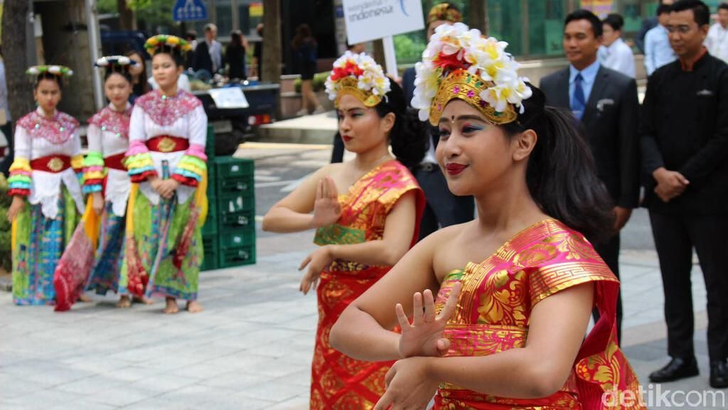 Mahasiswi Indonesia di Korea Menari On The Street untuk Promosi Wisata