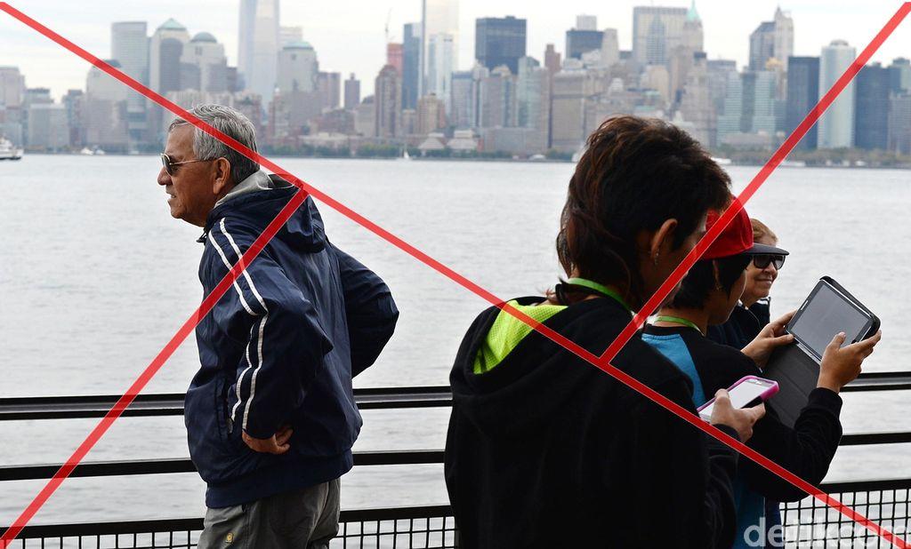 Streetphotography dijepret dengan komposisi segitiga emas. Terdapat 2 segitiga di dalam frame ini. (Foto: Ari Saputra)