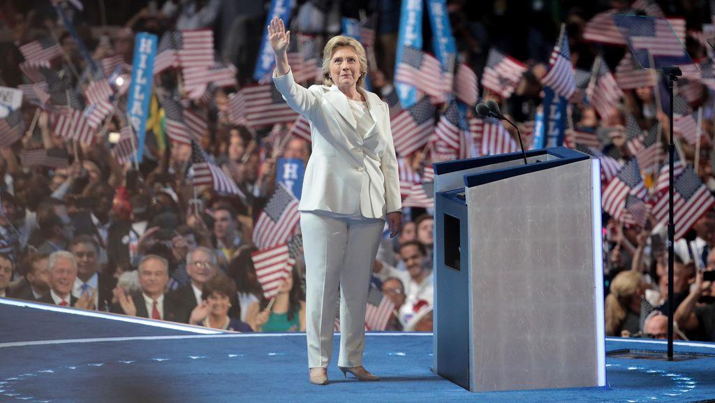Foto: 10 Gaya Hillary Clinton Pakai Celana Panjang yang Jadi Topik Populer