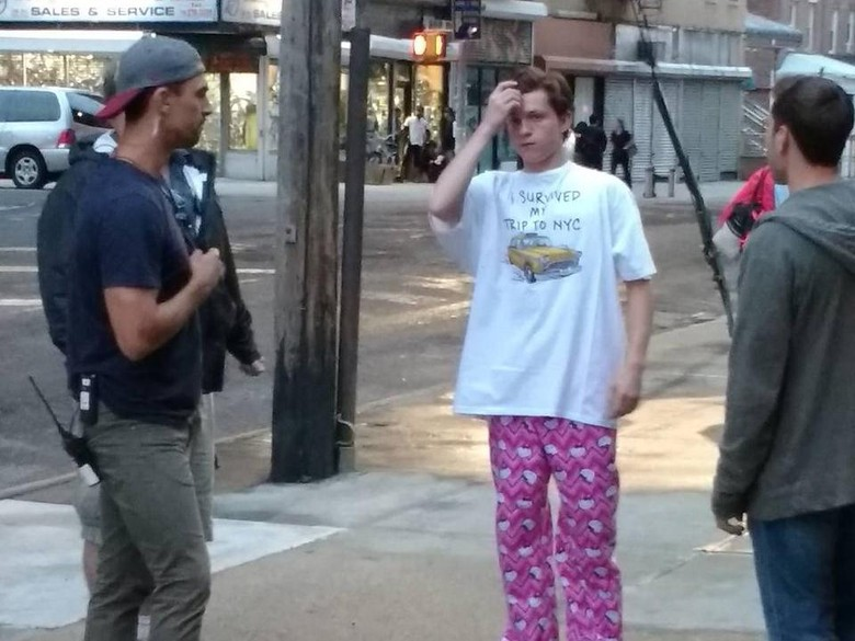 Wah, Spider-Man Pakai Celana Hello Kitty!