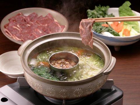 Cara memasak shabu-shabu dengan mencelupkan daging ke dalam kuah.