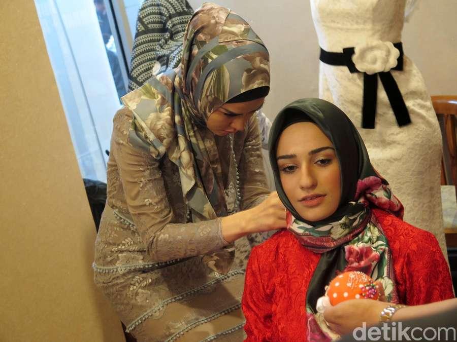 Angel Lelga Pamerkan Busana Muslim Rancangannya di Malaysia