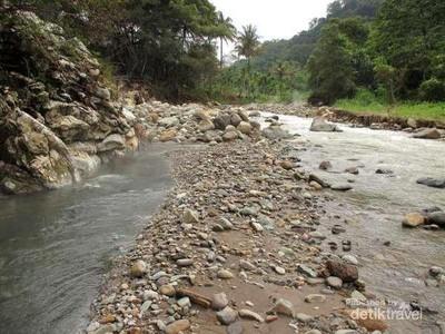 Ajaib! Sungai Panas Dingin di Sumatera Utara