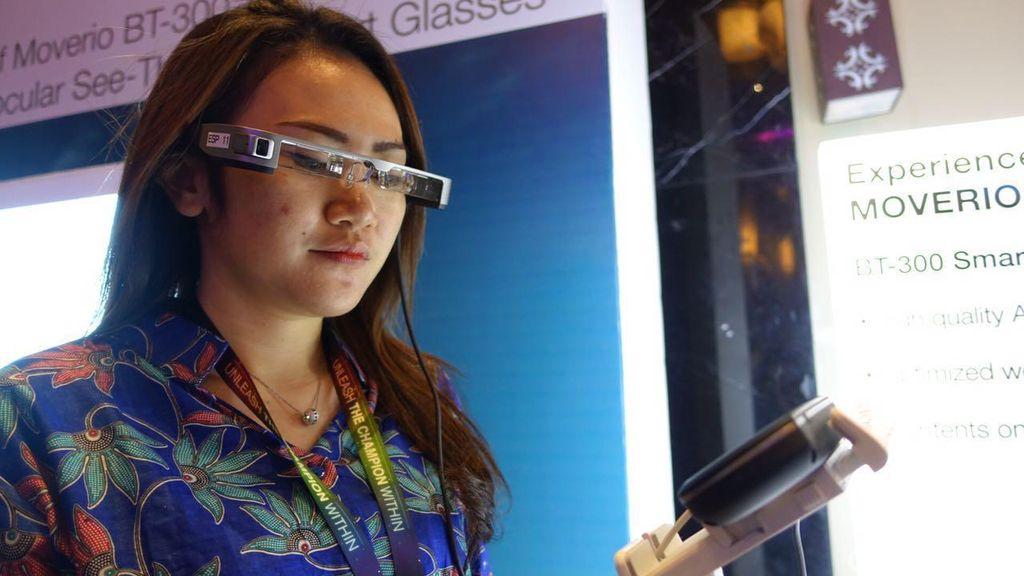 Google Glass Mandek, Moverio Jalan Terus