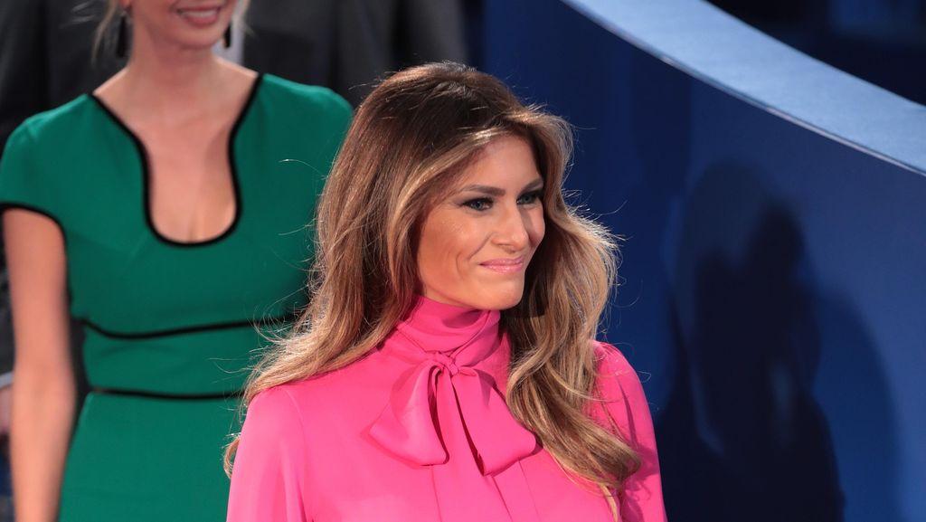 Makna Tersembunyi di Balik Blouse Gucci Melania Trump di Debat Capres AS