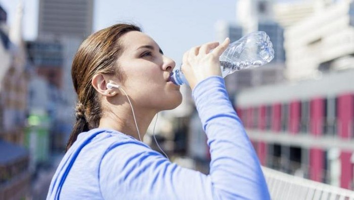 Banyak minum, adalah hal yg perlu diperhatikan untuk mencegah dehidrasi ujar dr Cindiawaty. Apalagi dengan cuaca di sana yang cukup panas, dahaga pun akan semakin terasa. (Foto: Thinkstock)