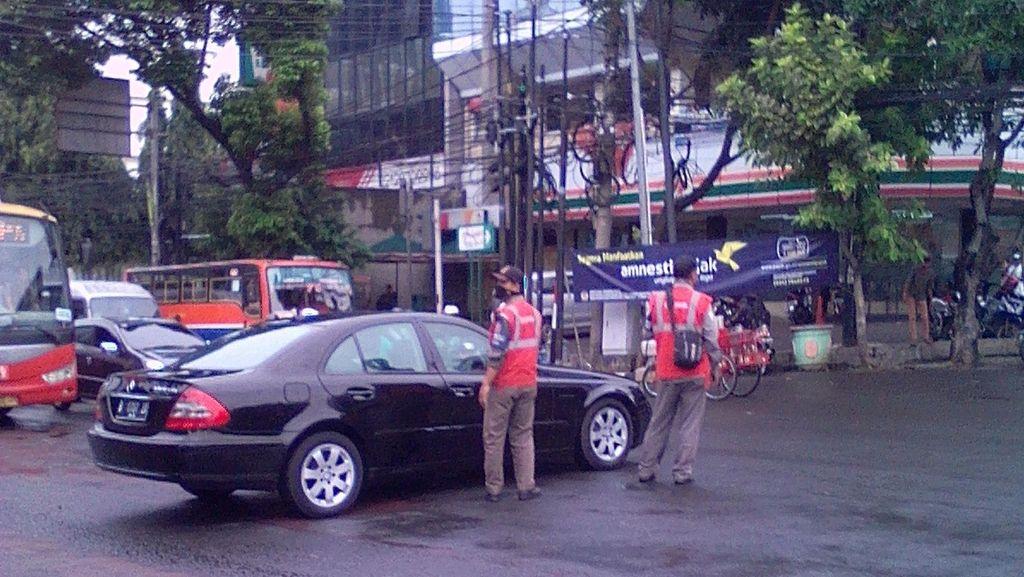 Kehabisan Bensin, Mercy Parkir 30 Menit di Tengah Jalan Mampang