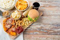 Hindari junk food, agar perut tak buncit.