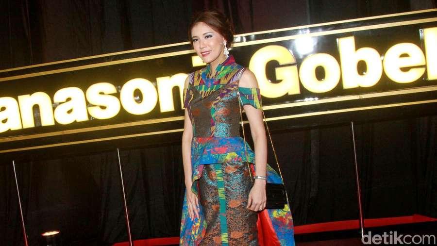 Olga Lydia Cantik Dengan Dress Batik