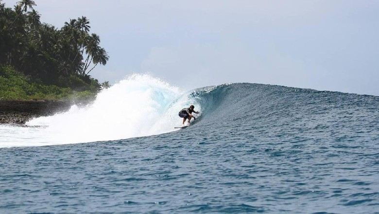 Foto: Surfing di Nias, sudah jadi favoritnya turis mancanegara (@AsuCampSurfClub/Facebook)