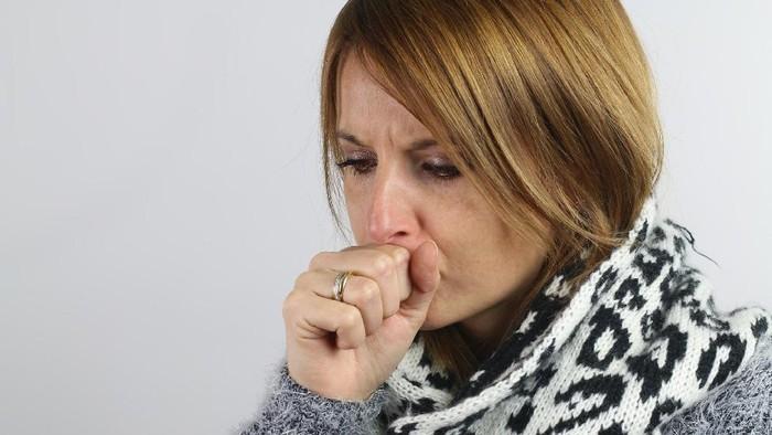Batuk karena bronkitis tidak sembuh-sembuh, apakah harus tes tuberkulosis dengan mantoux? Simak penjelasan dokter paru berikut ini. Foto: Thinkstock
