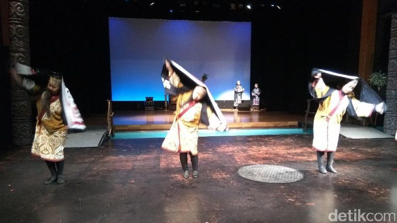 Dibalik modernitas Negeri Sakura, terdapat juga Suku Ainu yang asli jepang di Hokkaido. Traveler pun bisa melihat kesenian mereka lewat tarian Selain tarian Sarorunchikap di perkampungan Suku Ainu di Kushiro, Jepang (Sudrajat/detikTravel)