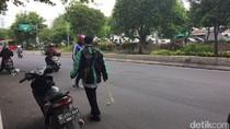 Driver Ojek Online Berjibaku Bersihkan Ranjau Paku di Belakang Istana