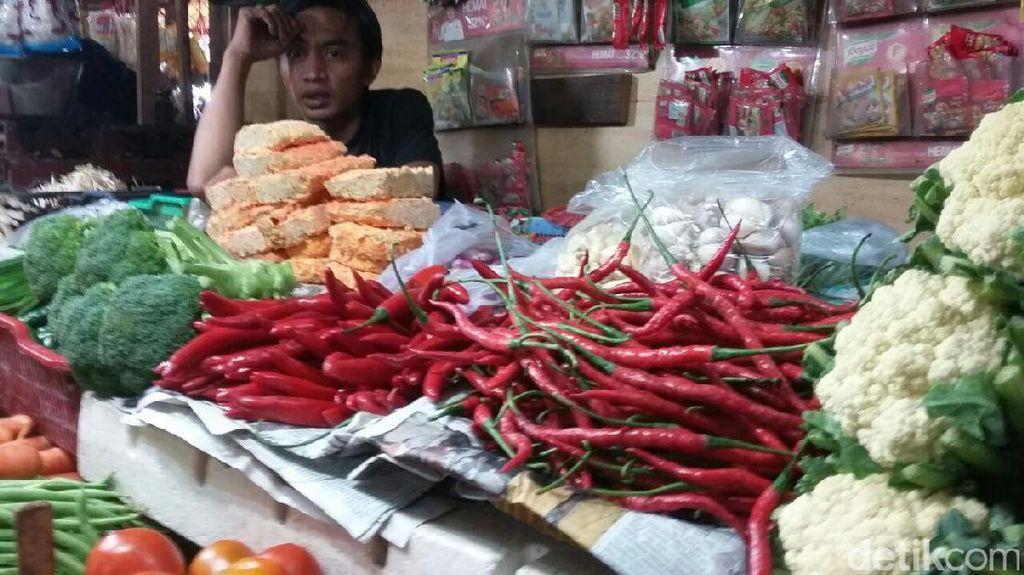 Sepi Pembeli, Pedagang Pasar Nyambi Jadi Tukang Cangkul