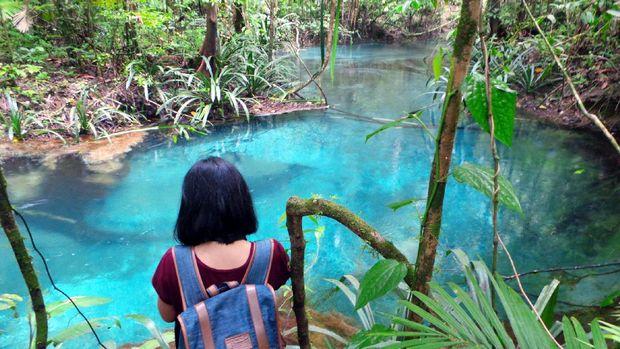 Traveler harus trekking untuk sampai ke Kali Biru (Wahyu/detikTravel)