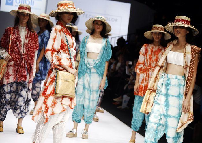 Sejumlah model memamerkan busana di hadapan pengunjung Jakarta Fashion Show.