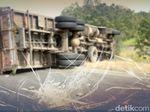 Truk Muatan Air Mineral Terguling di Tol Jagorawi ke Jakarta