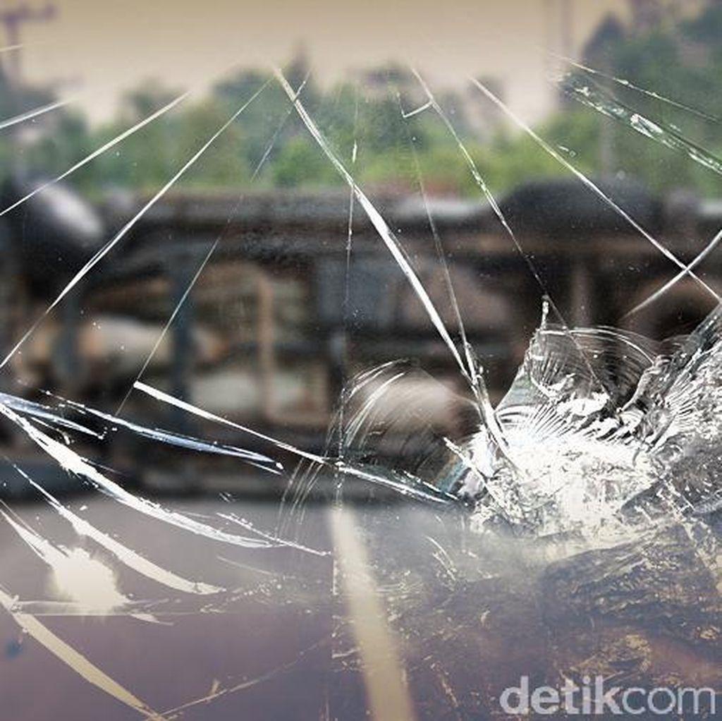 Truk Semen Terguling di Jagorawi, Lalin Arah Jakarta Tersendat