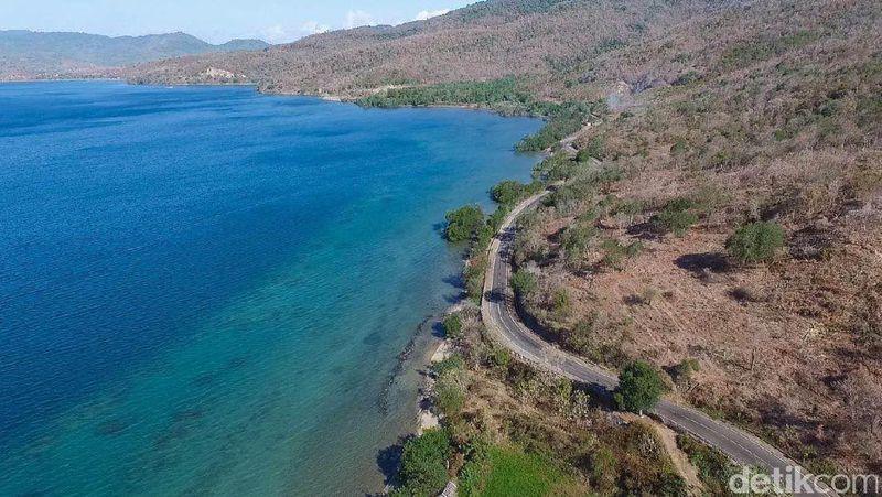 Traveler yang ingin jelajah Pulau Sumbawa dengan mobil atau motor, tentunya akan melewati jalan Trans Sumbawa ini. Panorama di kanan kirinya begitu indah. Asyiknya lagi, jalanannya mulus (Masaul/detikTravel)