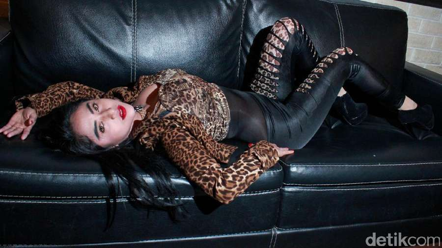 Penampilan Seksi Dewi Persik