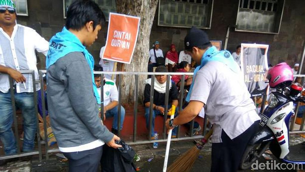 Para pendemo sejak semalam sudah memenuhi Masjid Istiqlal. Dan Pagi harinya, mereka bersama melakukan aksi bersih-bersih. Foto: detikcom